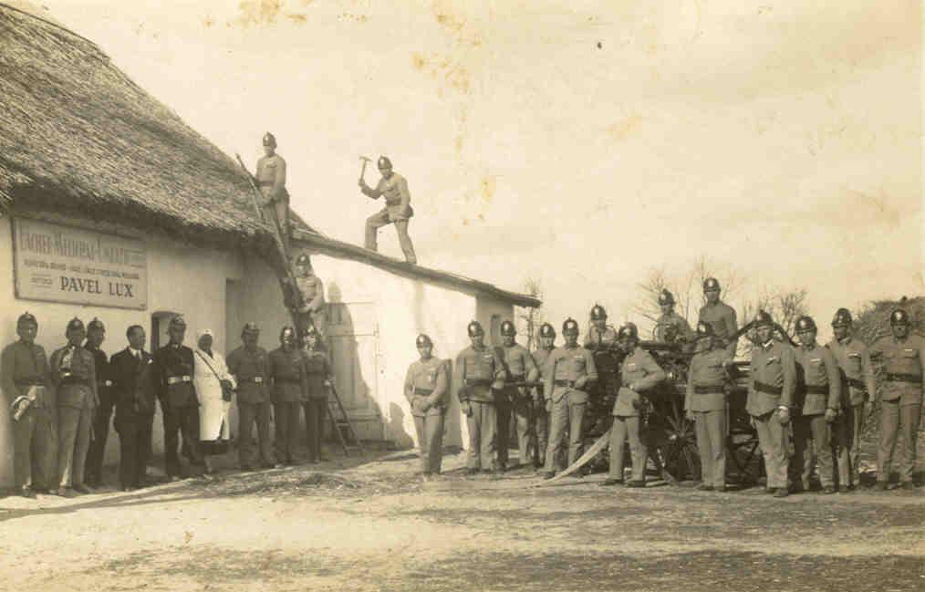 Cvičenie obecného hasičského zboru pri Luxovom dome v roku 1935